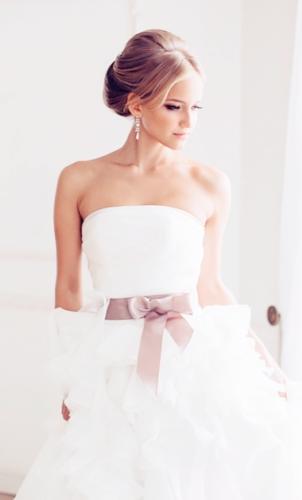 свадебное платье с кремовой лентой